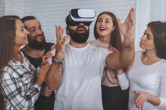 Возбужденный человек используя стекла VR стоковые изображения