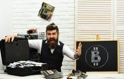 Возможности для бизнеса Bitcoin везде От бумажных денег к секретной валюте Бородатый человек с деньгами наличных денег лучей стоковое фото