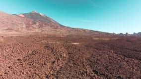 Воздушная киносъемка Пустыня в горах трясет красный цвет Движение назад Канарские острова, вулкан Teide Национальный парк акции видеоматериалы