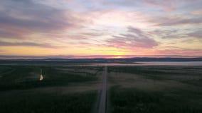 Воздушная съемка проходить автомобилем груза на пустой дороге Kola в утре стоковая фотография rf