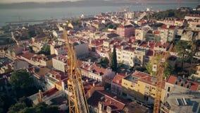 Воздушная съемка трутня крана конструкции в Лиссабоне сток-видео