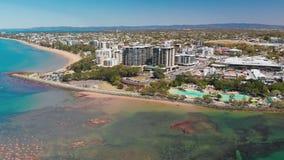 Воздушный взгляд трутня лагуны бухты поселения, Redcliffe, Австралии видеоматериал