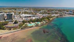 Воздушный взгляд трутня лагуны бухты поселения, Redcliffe, Австралии акции видеоматериалы