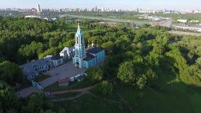 Воздушный панорамный вид Москвы с современным, который кабел-остали мостом, России Ориентир архитектуры Москвы сток-видео