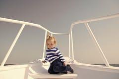 Вокруг мира Матрос ребенка милый на день яхты солнечный Приключение матроса мальчика путешествуя море Striped матрос мальчика пре стоковые фотографии rf