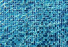 Волна воды под бассейном с отражать света стена текстуры кирпича предпосылки старая стоковая фотография rf