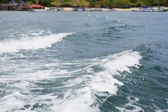 Волна моря с пеной Остров Komodo Индонезия стоковая фотография rf