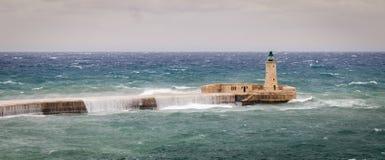 Волнорез и маяк St Elmo выдержать сырцовое море и высокие волны стоковое изображение