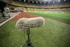 Волосатый подвесной микрофон на траве стадиона стоковая фотография