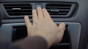 Водитель включает лампа аварийной остановки, отжимая кнопку на пульте управления сток-видео