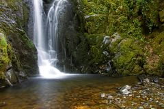 Водопад в горах стоковые изображения rf