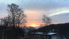 """Восход солнца в чехии гор, aźnie  skie Å """"JaÅ Облака свертывая в небе Взгляд от окна гостиницы промежуток времени акции видеоматериалы"""