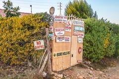 Ворота с много знаками внутри Кенией стоковая фотография