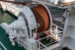 Ворот анкера смычка на палубе корабля стоковые фото