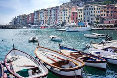 Гавань Portovenere, Spezia, Италия, Лигурия: 8-ое августа 2018 Панорама красочной живописной гавани Порту Venere Взгляд  стоковая фотография rf