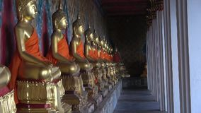 Галерея со скульптурами Будды, Wat Arun Бангкок акции видеоматериалы