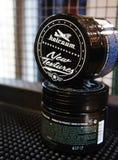 Гель для мужского дизайна - hairgum владение firme pomade сильное ультрамодный дизайн парикмахерскаи стоковое изображение