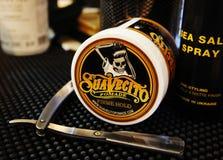 Гель для мужского дизайна - SuaVecito Владение firme pomade SuaVecito сильное ультрамодный дизайн парикмахерскаи стоковые фото