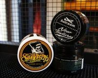 Гель для мужского дизайна - SuaVecito, hairgum владение firme pomade сильное ультрамодный дизайн парикмахерскаи стоковое фото rf