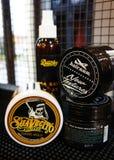 Гель для мужского дизайна - SuaVecito, hairgum, ducky владение firme pomade сильное ультрамодный дизайн парикмахерскаи стоковая фотография rf