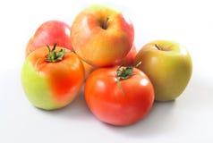 Гибрид яблока и томата на белой предпосылке среди других яблок стоковое фото rf