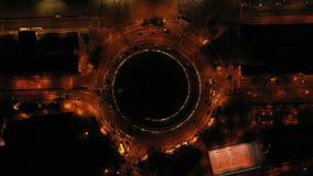 Гипнотизировать завораживающее воздушное видео уличного движения автомобиля двигая на карусель Видео ночи Барселоны Испании возду сток-видео