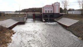 Гидроэлектростанция запруды ворота уровня воды в озере видеоматериал