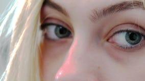 Глаза конца-вверх маленькой девочки Посмотрите камеру Веснушки на стороне женщины Красивая милая сторона девушки и светлый макияж видеоматериал