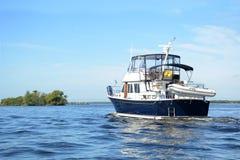 Гребля яхты на реке стоковое изображение rf