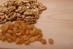 Грецкие орехи и изюминка стоковое фото rf