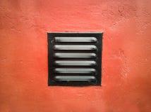 Гриль вентиляции на красной стене стоковое изображение