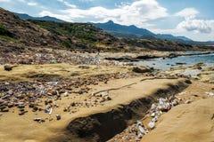 Грязная береговая линия острова Кипра, стирка загрязнения на берегах стоковое изображение