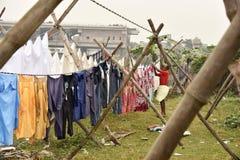 Грязная прачечная: Washerman моет одежды в загрязненной воде стоковые изображения rf