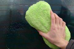 Грязное лобовое стекло уборщика автомобиля стоковое фото rf