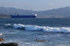 Грузовой корабль в пути выходя порт Виго в Испанию стоковая фотография rf