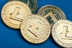 Группа в составе золотые монетки litecoin, конец-вверх стоковые изображения rf