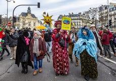 Группа в составе люди Disguised - Carnaval de Париж 2018 стоковые изображения rf