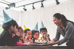 Группа в составе дети дуя именниный пирог в с днем рождениях петь дня рождения стоковые фото