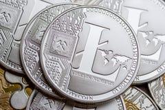 Группа в составе серебряные монетки litecoin, конец-вверх стоковые фото