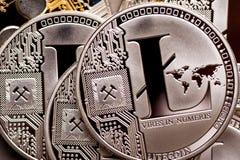 Группа в составе серебряные монетки litecoin, конец-вверх стоковое изображение