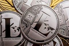 Группа в составе серебряные монетки litecoin, конец-вверх стоковая фотография rf