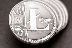 Группа в составе серебряные монетки litecoin, конец-вверх стоковые фотографии rf