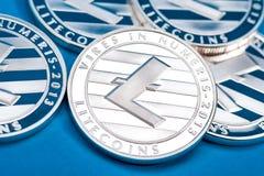 Группа в составе серебряные монетки litecoin, конец-вверх стоковые изображения