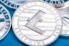 Группа в составе серебряные монетки litecoin, конец-вверх стоковое изображение rf