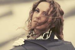 Грустная красивая женщина моды с зонтиком на улице города стоковые изображения rf