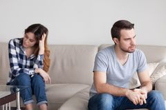 Грустный сердитый супруг игнорируя избегающ беседы к обжуливать плохую жену стоковое фото