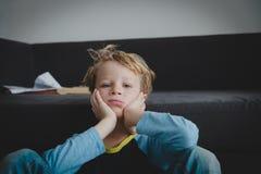 Грустный ребенок, стресс и депрессия, тревожность, высасывание стоковое фото