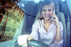 Говорить на мобильном телефоне пока управляющ стоковое фото rf