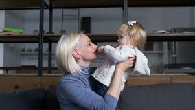 Говорить с максимумом ребенка удерживания матери маленькой девочки видеоматериал
