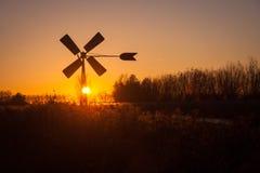 Голландская нагнетая ветрянка silhouetted против выравниваясь неба стоковое изображение rf